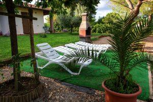 veduta esterna sdraio barbecue giardino agriturismo sant'orsola